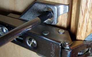 Как поднять дверь на петлях в шкафу?
